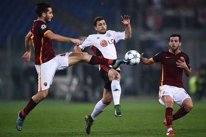 Leverkusen's Swiss forward Admir Mehmedi (C) fights for the ball with Roma's defender from Greece Kostas Manolas and Roma's midfielder from Bosnia-Herzegovina Miralem Pjanic (R) during the UEFA Champions League football match AS Roma vs Bayer Leverkusen on November 4, 2015 at the Olympic stadium in Rome.    AFP PHOTO / FILIPPO MONTEFORTE        (Photo credit should read FILIPPO MONTEFORTE/AFP/Getty Images)