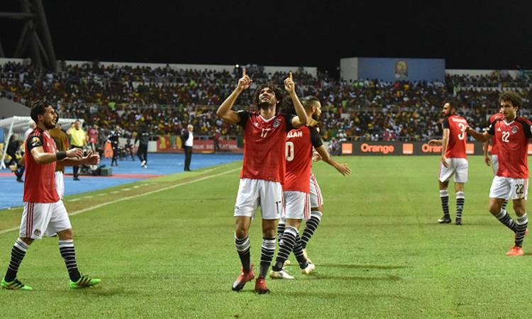 Elneny celebra el gol ante Camerún con Cúper al fondo